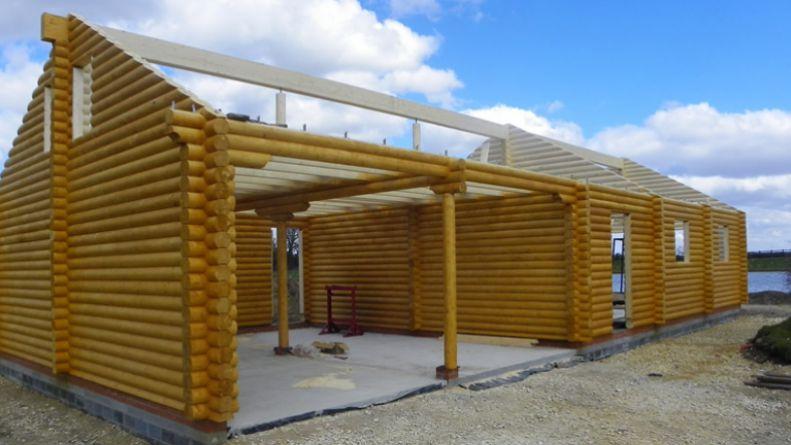 Log cabin awaiting roof